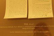 V chodbě k tiskovému centru jsou kopie důležitých historických listin.