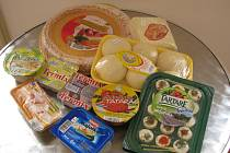 Zdraví nebezpečné ftaláty nebo adipáty obsažené v obalech z PVC se mohou uvolnit do potravin.  Na snímku je několik případů potravin balených v PVC.