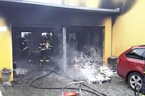 Necelou půlhodinu trval zásah dvou profesionálních jednotek u požáru dvojgaráže v Českých Budějovicích.