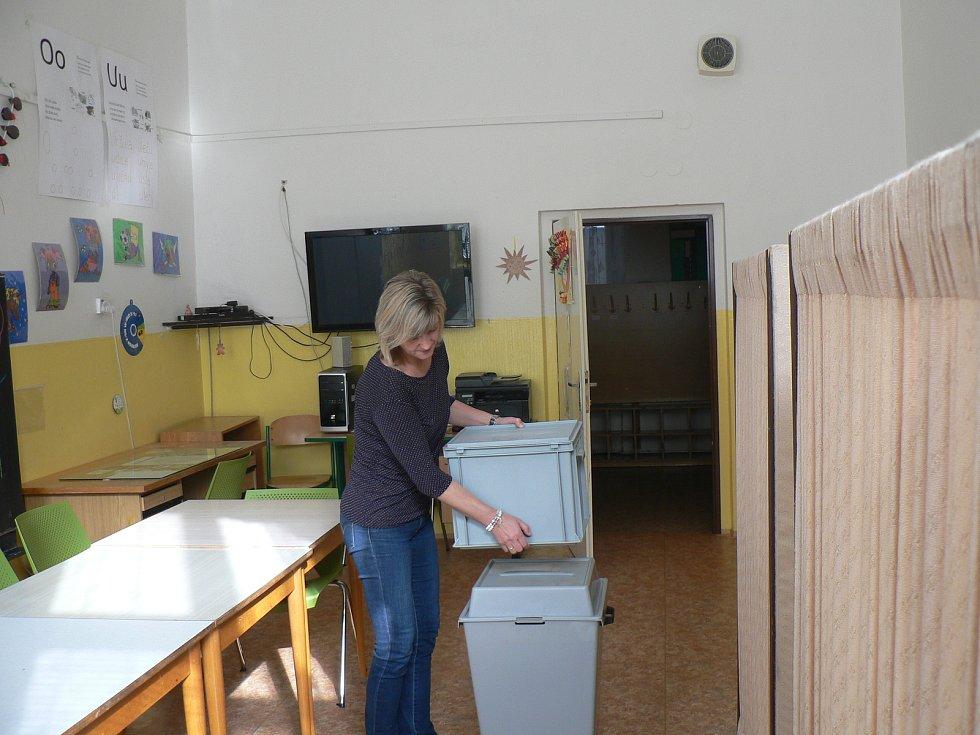 Příprava na parlamentní volby v základce v Nové ulici v Českých Budějovicích.