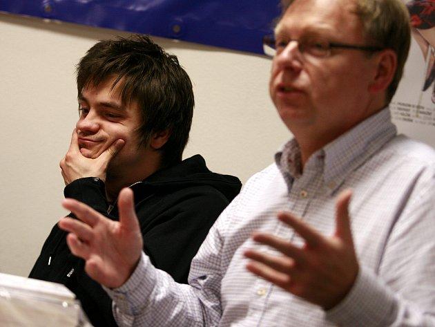 Herec Jiří Mádl (vlevo) s režisérem filmu Probudím se včera Milošem Šmídmajerem.