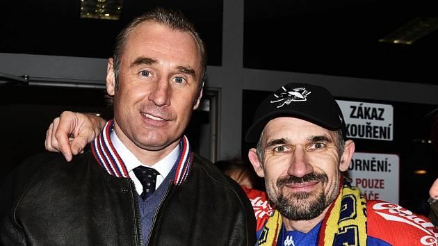 Václav Prospal (vlevo) se loučí se šéfem motoráckého fanklubu Pavlem Vágnerem.
