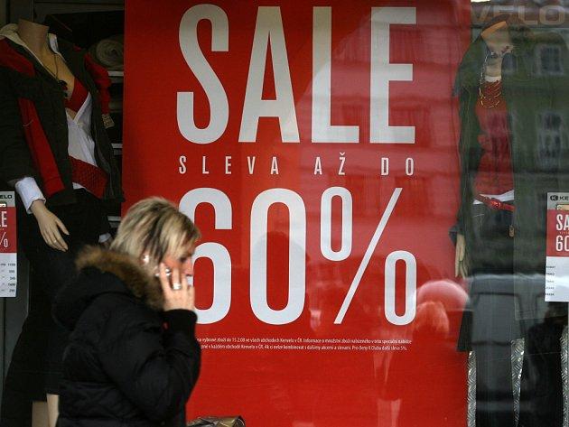 Už hodně výloh v Českých Budějovicích zdobí několik dní upoutávky na mnohaprocentní slevy. Zejména prodejci oblečení potřebují před novou sezonou vyprázdnit sklady, a tak lákají nakupující na menší ceny.