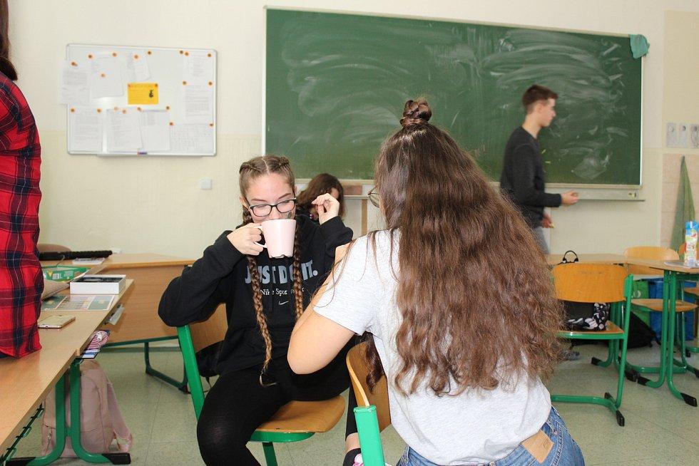 Na Gymnáziu J.V. Jirsíka v Českých Budějovicích měli někteří studenti pozměněný rozvrh. V 1. A studenti první dvě hodiny posnídali s třídním učitelem.