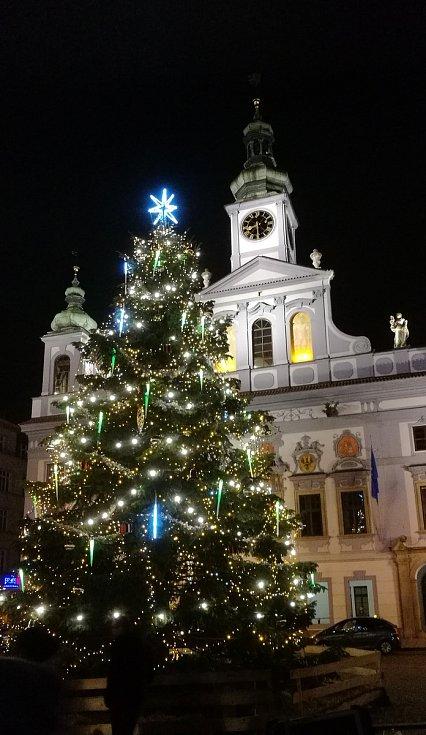 2. Vánoční strom na náměstí Přemysla Otakara II. Snímek zaslala Renáta Kollarczyková, tento strom do ankety nominovaly i Anna Heřmanová a Yvona Pražáková.