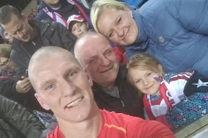 Na snímku po zápase s Anglií Zdeněk Ondrášek s tatínkem, sestrou a neteří.