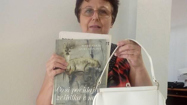 Monika Přemilová přinesla retrokabelku i knihy.
