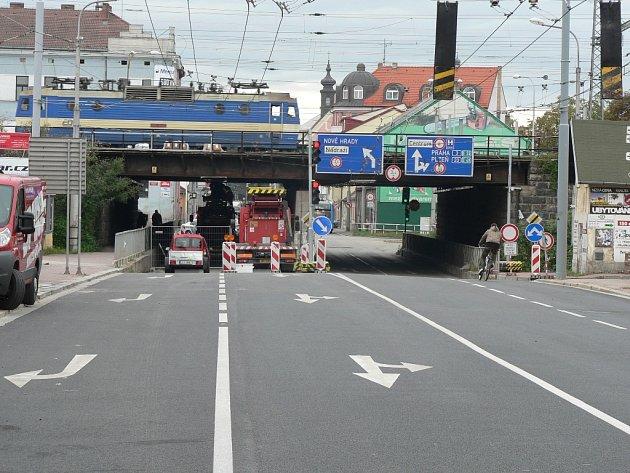 Pod viadukt na Rudolfovské od 1. dubna zase nesmí žádná vozidla.