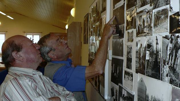 Historické snímky homolského divadelního spolku si právě prohlížejí Jiří Rozboud, který dnes žije v Nových Homolích, a jeho bratranec František Homolka ze Srnína.