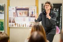 Svérázný lektor se ve studentech svým excentrickým vystupováním snaží emoce nejprve vyvolat. Teprve pak je učí s nimi zacházet.