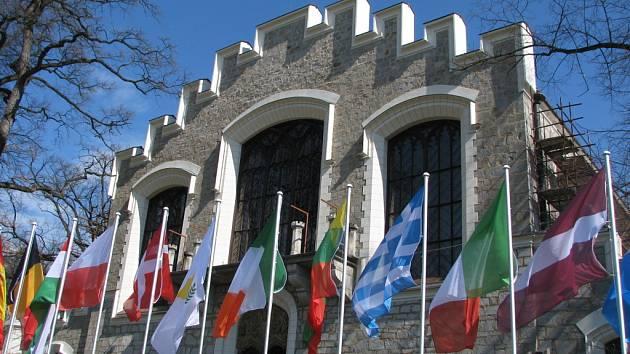 Alšova jihočeská galerie v Hluboké nad Vltavou je na snímku s vlajkami evropských států při setkání Gymnich. V neděli opět zpřístupní své sbírky.