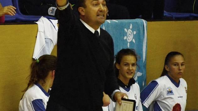 TRENÉROVI Petru Martínkovi stále chybí Irena Vrančičová (vpravo) i mladičká Veronika Voráčková (uprostřed).