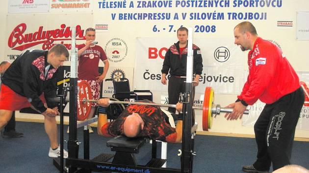 Domácí závodník Roman Štramberský (uprostřed při výtlaku činky) se stal absolutním vítězem všech váhových kategorií, když zvedl 157,5 kg.