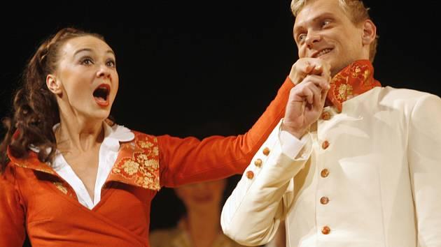 """Beatrice  (Lenka Krčková) se nechce vdávat,  Benedick (Ondřej Volejník) zase ženit. Přesto  svede  lest  tyto  dva  nesmiřitelné  """"vládce ostrovtipu"""" dohromady."""