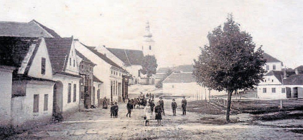 Kostelní cesta (okolo 1920). Dolní náměstí se na začátku 20. století jmenovalo Havlíčkovo. Jeho části zachycené na snímku se říkalo kostelní cesta.