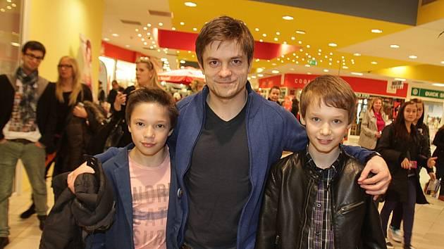 Jiří Mádl (27) představil v českobudějovickém CineStaru svůj nový film Pojedeme k moři, který je zároveň jeho režijním debutem a k němuž napsal i scénář. Na snímku s dvěma hlavními herci, Janem Maršálem a Petrem Šimčákem.