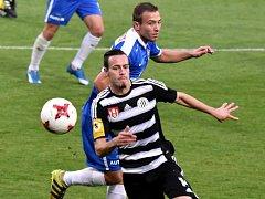 Ve šlágru fotbalového víkendu v kraji Dynamo v sobotu hostí od 16.15 hodin Opavu, kterou loni doma zdolalo 2:1  (na snímku autor  první ze dvou branek vítězů Roman Wermke uniká Jakubu Prajzovi).