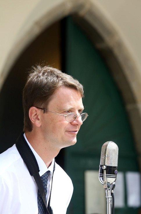 Obnovená kapela Schwarzenberské gardy hrála 5. července na náměstí v Českém Krumlově. Na snímku kapelník Martin Voříšek.