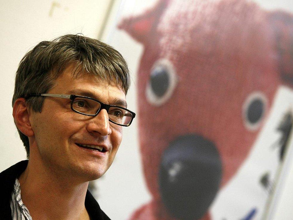 KUKYHO TÁTA. Režisér Jan Svěrák uvedl v budějovickém multikině svůj nový film Kuky se vrací. Hlavním hrdinou je plyšový medvídek, který skončí na skládce a pak se dostane do lesa, kde prožívá dobrodružství. Film kombinuje animaci loutek a hrané pasáže.
