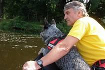 Jaroslav Sedlák se svým psem zasahuje nejen při zemětřeseních, ale také v lavinách nebo při pátrání ve vodě.