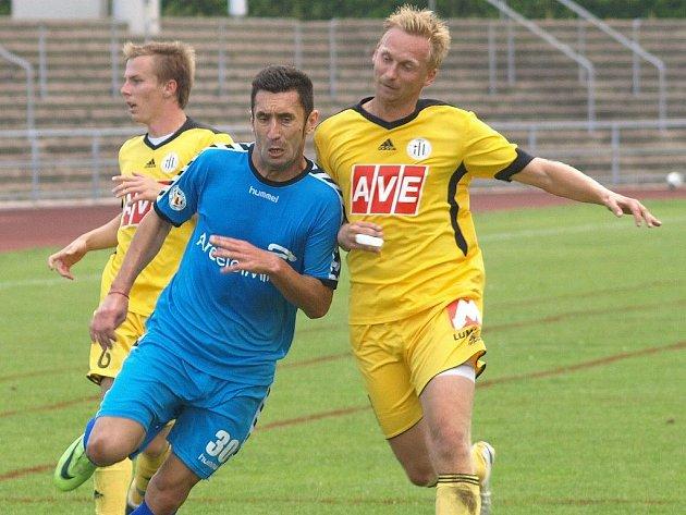 Martin Jasanský a Peter Černák v nedávné přípravě s rumunským Galati v Rakousku se snaží zastavit rozvíjející se útočnou akci rumunského klubu.