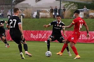 Fotbalisté Dynama na závěr svého rakouského soustředění podlehli mnohonásobnému mistru Rakouska týmu Red Bull Salcburk 0:2 (na snímku brání Matěj Mršič a Petr Javorek).