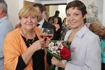 Otevření Mamma HELP centra v Českých Budějovicích. Vlevo ředitelka sítě Jana Drexlerová, vpravo koordinátorka budějovické pobočky Ludmila Kubátová.