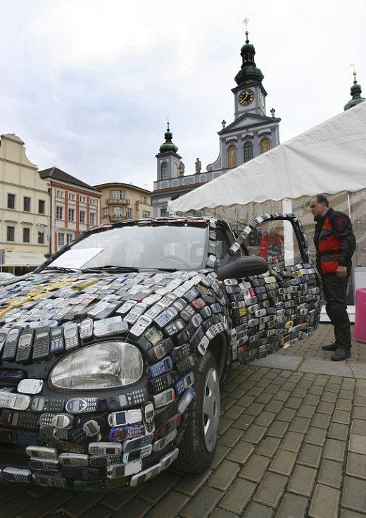 Osvětová akce, která se snaží lidem vysvětlit, jak důležité je chovat se ke starým mobilním  telefonům jako k nebezpečnému odpadu, zakotvila ve čtvrtek na českobudějovickém náměstí Přemysla Otakara II.