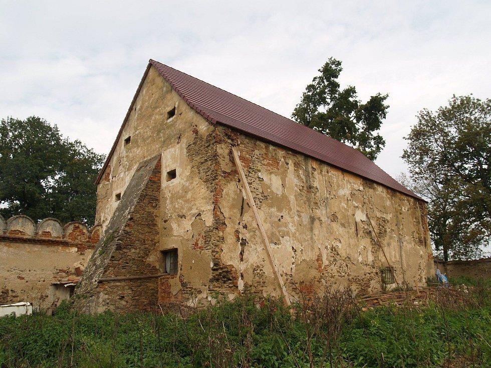 Nově prohlášené památky v jižních Čechách. Patří mezi ně i bývalý šlechtický dvůr v Dobšicích u Týna nad Vltavou.