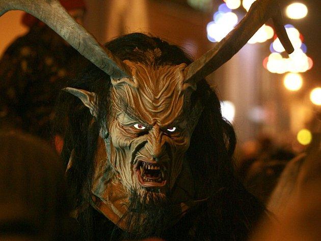 Krampus show, průvod pekelných bytostí s bengálskými ohni 15.prosince v Kaplici přilákal do městečka přes tisíc návštěvníků.