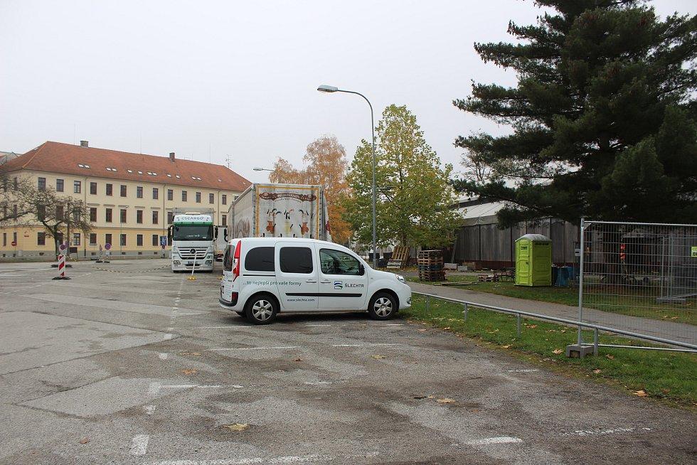 Již čtvrtý den sledujeme, jak na Mariánském náměstí roste Bouda. Snímek zachycuje stav v neděli.