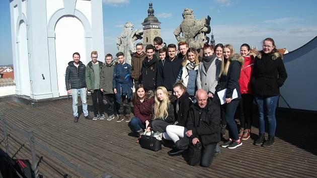 Deset studentů z gymnázia v bavorském Simbachu am Inn s učitelem angličtiny Immo Rankem byli v půlce března od úterý do pátku v rámci výměnného pobytu hosty českobudějovického gymnázia Jana Valeriána Jirsíka.