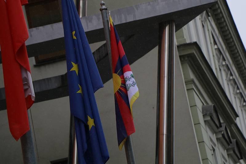 Tibetská vlajka na Krajském úřadě v Českých Budějovicích