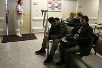 Ranní náledí i ráz letošní zimy plní čekárnu úrazové ambulance českobudějovické nemocnice.
