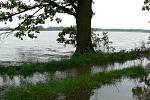 Pro Pištín se největším nebezpečím staly rybníky nad obcí. Nestačily pobrat vodu, která do nich stekla z okolních polí a nenápadná strouha obtékající obec se stala regulérní říčkou.