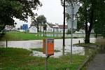 Vytrvalý déšť zvedl hladinu Břehovského potoka a jeho přítoků a v Češňovicích voda zatopila dvě stavení na návsi. Pod vodou zmizel mostek přes potok a v době kulminace hladiny se nedalo ani poznat, kde je koryto potoka vyzděné kamenem a kde končí hráz.