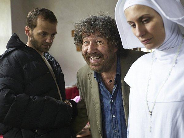 Do kin přijde 20.února komedie Babovřesky 2, kterou Zdeněk Troška natáčel loni vjižních Čechách, stejně jako první díl. Na snímku režisér, Lukáš Langmajer a Pavla Bečková při natáčení vPištíně.
