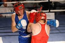Marcel Kopečný (v modrém) přispěl v neděli k vítězství boxerů Samsonu nad společenstvím Děčín a Most 12:6. V konečné tabulce extraligy skončili Jihočeši čtvrtí.
