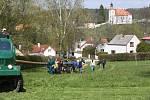 Doudleby - Smrk, který Doudlebští použijí na stavění máje měří 28 metrů.