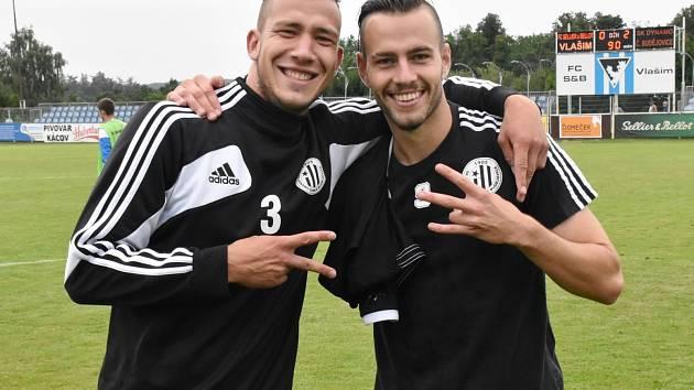 Střelci obou gólů Jindřich Kadula a Roman Wermke se radují z výhry Dynama 2:0 ve Vlašimi.