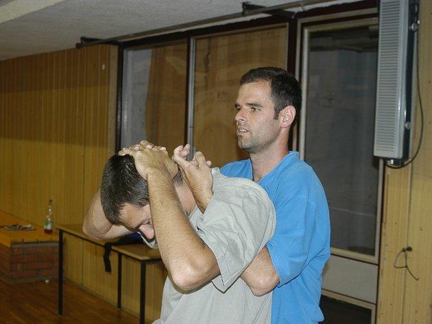Neustále se o české mistry stará masér Filip Hoch (vpravo). Krátce využil jeho služeb během tréninku univerzál Radek Motys.