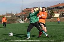 hřišti s umělou trávou se potkali v souboji o míč Jan Tomandl (vlevo) a Zbyněk Jarolímek. Po závěrečném hvizdu rozhodčího Klimeše byl spokojenější Tomandl – jeho Dobrá Voda porazila kombinovaný tým Mladého 3:0