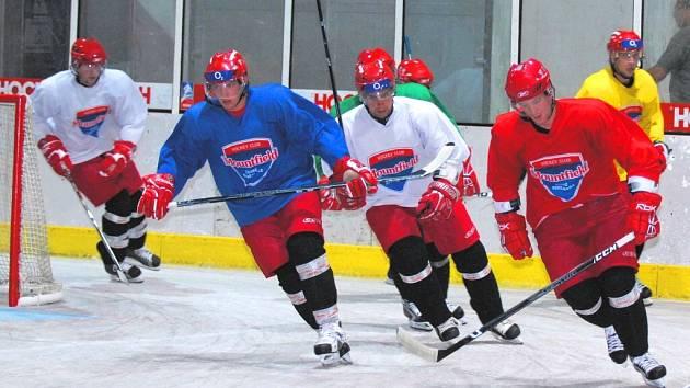 Hokejisté HC Mountfield v pondělí zahájili přípravu na ledě a od trenéra Bokroše hned dostávali pořádně do těla.