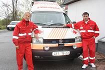 V sanitce najezdili Ladislav (vlevo) a Petr Havlovi celkem už miliony kilometrů. Přestože mnohdy při své práci viděli krev anebo slýchají tragické osudy pacientů, volby profese nelitují.