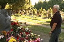 František Dvořák u hrobu Jana Marka
