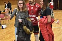 Českobudějovický volejbalový tým je na přelomu roku na druhém místě. Na snímku de Amo s fanynkami.