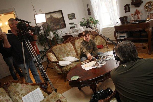 Jiří Mádl natáčel vjižních Čechách dokument České televize Tajemství rodu okořenech své rodiny. Na snímku doma, kde se část dokumentu natáčela.