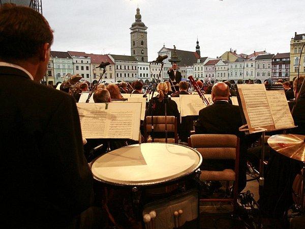 Jako komerce dobré. Ve své, tedy komerční a spotřební kategorii je album Landschaften, které shosty natočila Jihočeská komorní filharmonie, slušným počinem. Vžádném případě však nejde otyp desky, na níž by si orchestr mohl vybudovat jméno.