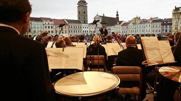 Jako komerce dobré. Ve své, tedy komerční a spotřební kategorii je album Landschaften, které s hosty natočila Jihočeská komorní filharmonie, slušným počinem. V žádném případě však nejde o typ desky, na níž by si orchestr mohl vybudovat jméno.