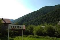 Jméno vesnice napsané na ceduli umístěné na severním okraji malebné Koločavy.